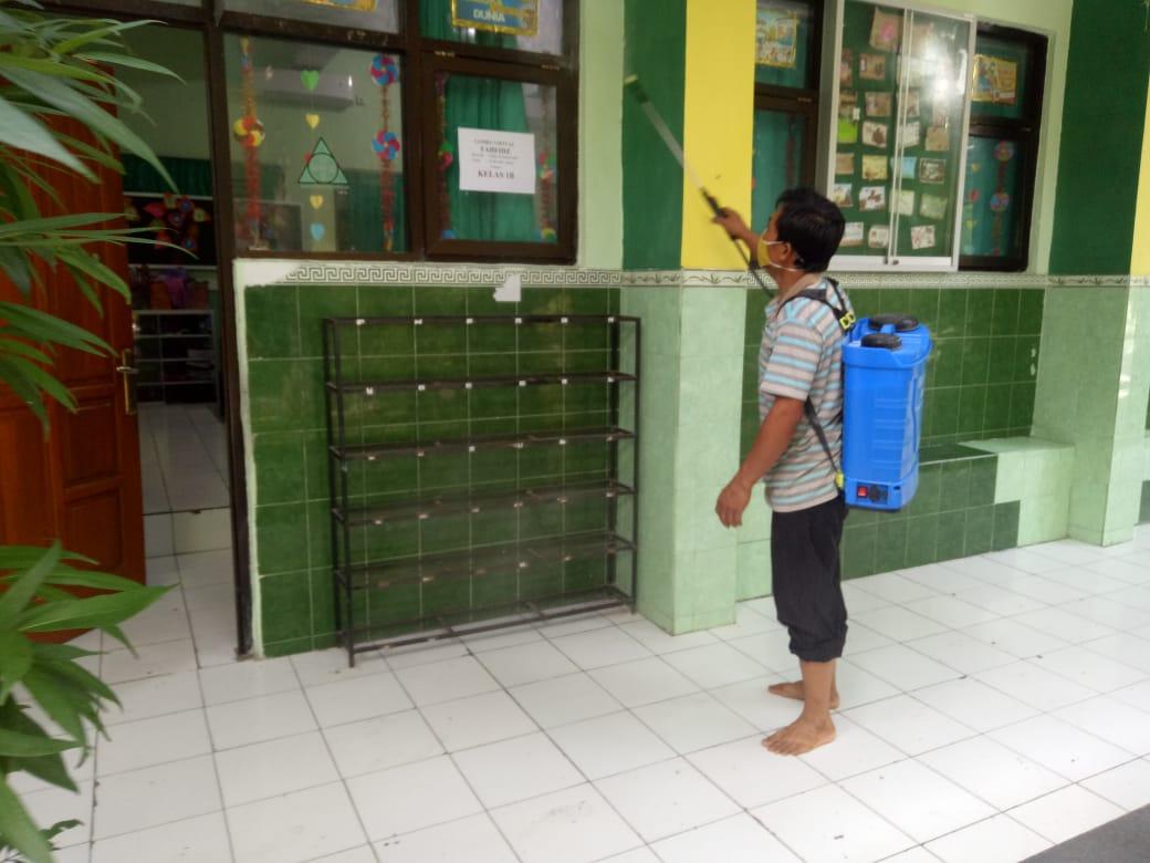 Cegah penularan Covid-19 di area Madrasah, MIN 1 Kota Madiun adakan semprot desinfektan rutin setiap saat.