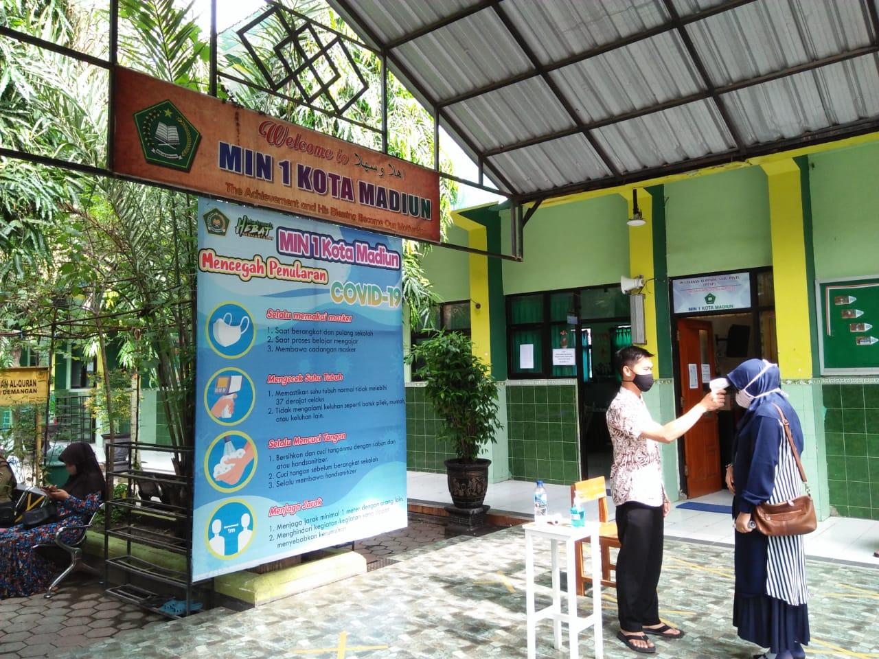 Pengumpulan Berkas PPDB MIN 1 Kota Madiun dengan Terapkan Disiplin Protokol Kesehatan 3M
