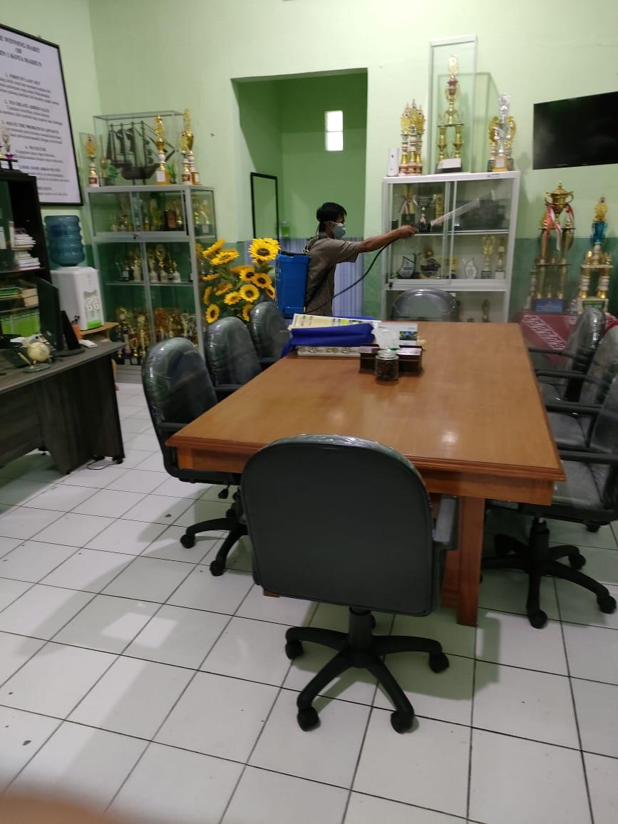 Kegiatan Rutin Penyemprotan Desinfektan di Lingkungan Madrasah